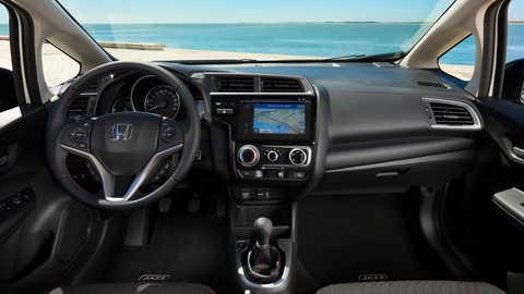 Pohľad z interiéru automobilu značky Honda na pláž.