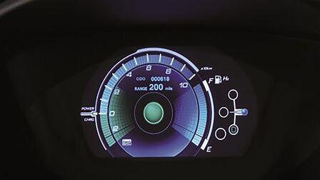 Detailný záber na ukazovatele automobilu Honda.
