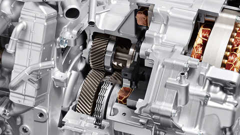Detailný záber na spojku pripojenú k motoru hybridného systému Honda.