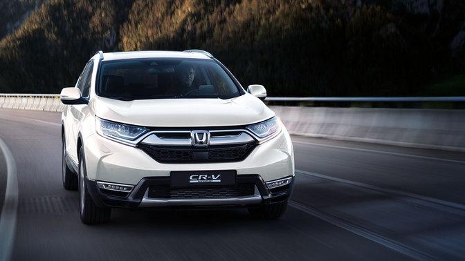 Pohľad spredu na model Honda CR-V jazdiaci v horách.