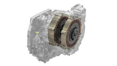 Detailný záber motora generátora hybridného systému a hnacích motorov.
