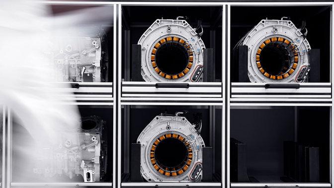 Pohľad spredu na jednotky motora s priamym náhonom modelu NSX.
