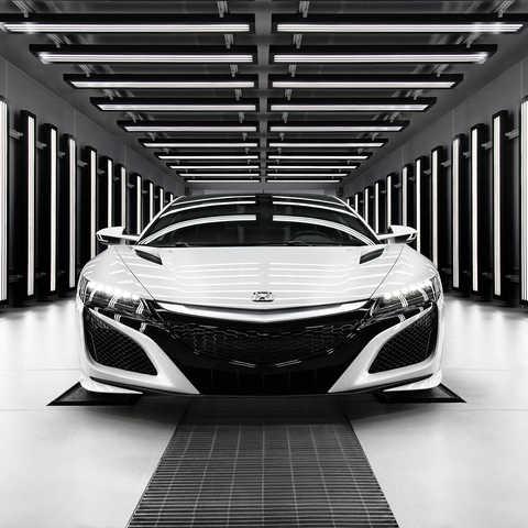 Pohľad spredu na model Honda NSX Hybrid zaparkovaný v garáži.