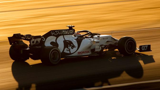 Trojštvrťový pohľad zozadu na monopost Honda Red Bull Formula One.