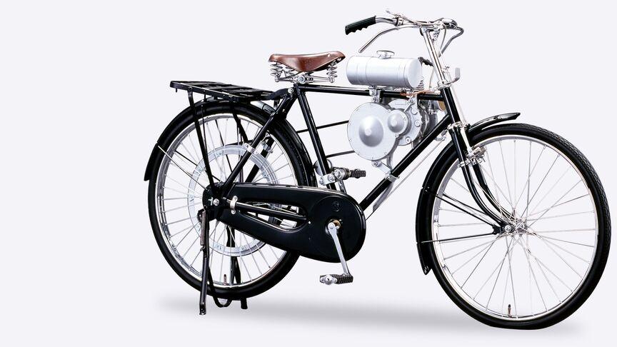 Bočný pohľad na motocykel Honda typ A smotorom zelektrogenerátora.