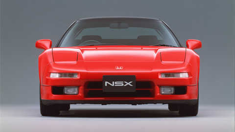 Pohľad spredu na model Honda NSX, štúdiový záber.