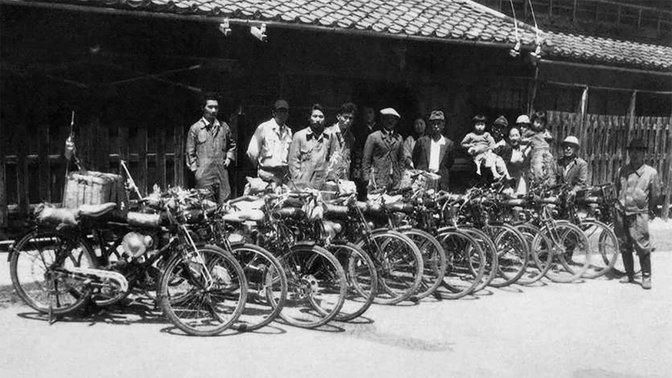 Niektorí zpôvodných zamestnancov spoločnosti Honda pred továrňou vHamamatsu vroku 1948.