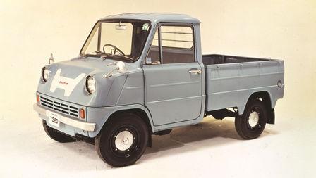 Trojštvrťový pohľad spredu na nákladné vozidlo Honda zo šesťdesiatych rokov minulého storočia.
