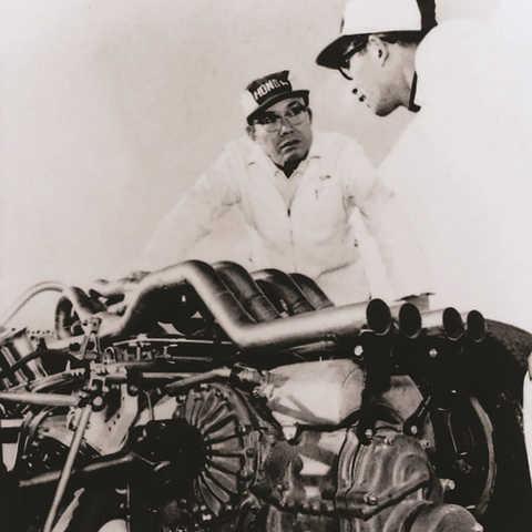 Soičiro Honda pracuje na pretekárskom automobile.