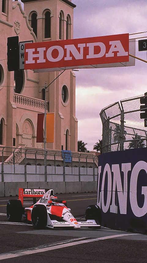Trojštvrťový pohľad spredu na automobil McLaren Honda Formula One na pretekárskej trati.