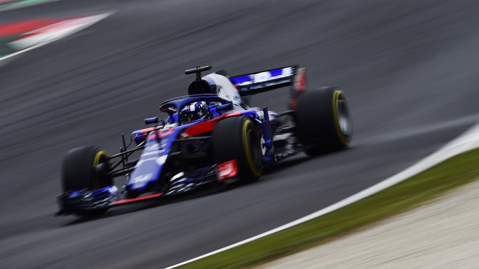 Trojštvrťový pohľad spredu na automobil Toro Rosso Honda na pretekárskej trati.