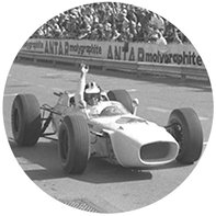 Trojštvrťový pohľad spredu na historický pretekársky automobil Honda sRichiem Gintherom.
