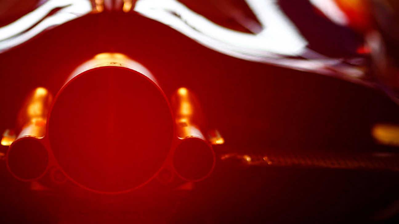 Detailný záber na pretekárske vozidlo seriálu Formula 1.