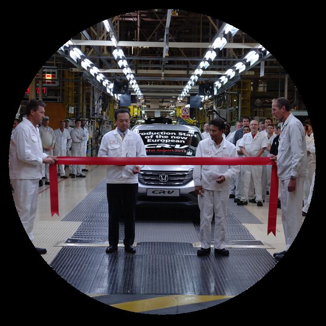 Pohľad spredu na Hondu CR-V spracovníkmi továrne.