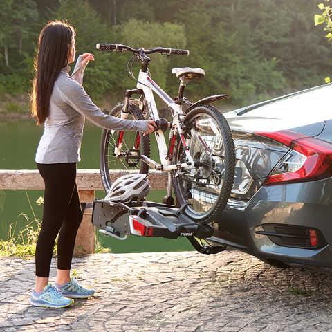 Detailný pohľad na 4-dverovú Hondu Civic snosičom na bicykle.