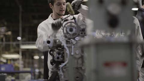 Technik spoločnosti Honda pri práci na motore.