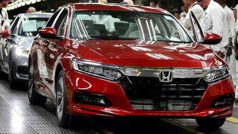 Trojštvrťový pohľad spredu na vozidlo Honda Accord na výrobnej linke.