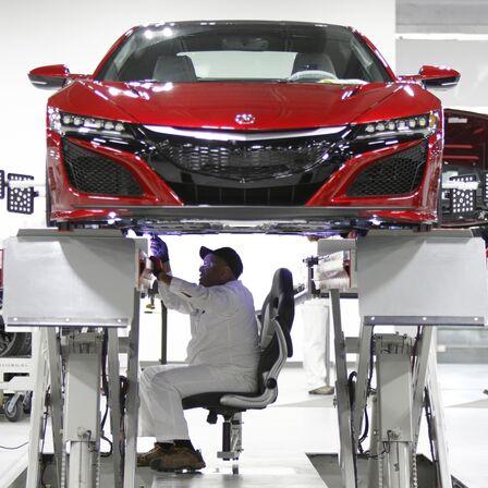 Pohľad spredu na vozidlo NSX, na ktorom pracuje technik spoločnosti Honda.