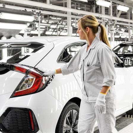 Technik spoločnosti Honda pracuje na 5-dverovej Honde Civic.
