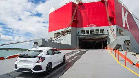 Trojštvrťový pohľad zozadu na 5-dverovú Hondu Civic pri preprave do Ameriky.