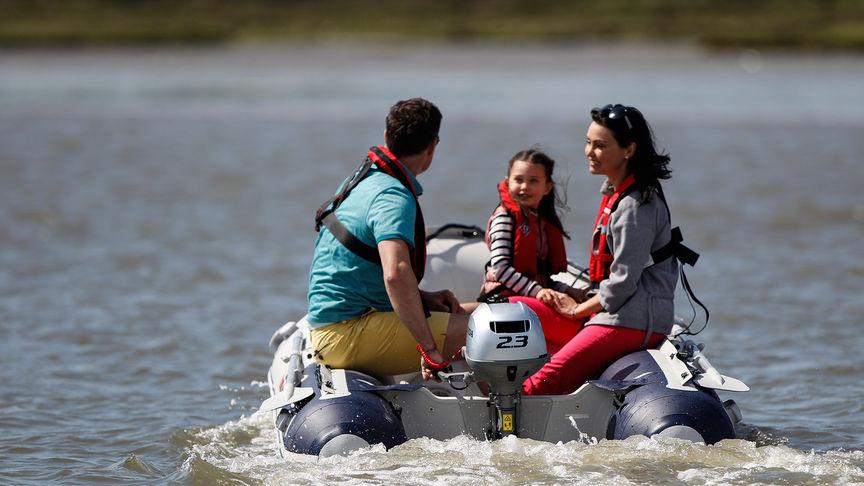 Rodina na jazere s motorom Honda BF2.3.