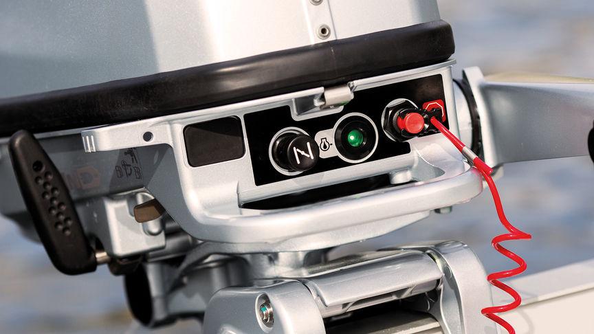 Priblížený pohľad na výstražný systém upozorňujúci na pokles tlaku oleja.