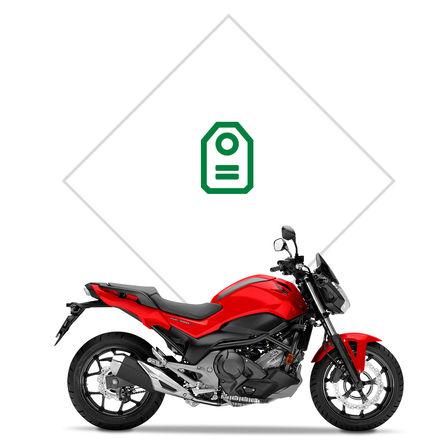 Zaparkovaný motocykel Honda CB500X, hory v pozadí, jazdec stojí pri motocykli.