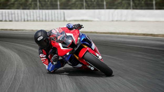 Motocykel CBR1000RR bočný pohľad na exteriér s jazdcom